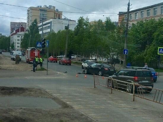 Сегодня рано утром в центре Архангельска столкнулись две легковушки