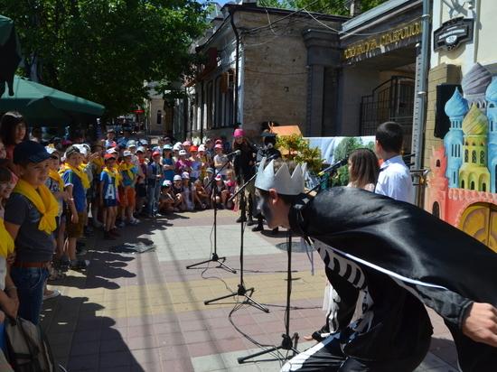 Ежегодный Пушкинский День России отметили ставропольцы с Бабой-Ягой и Кощеем