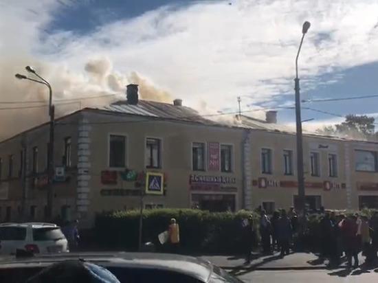 Серьезный пожар тушат в Ломоносове