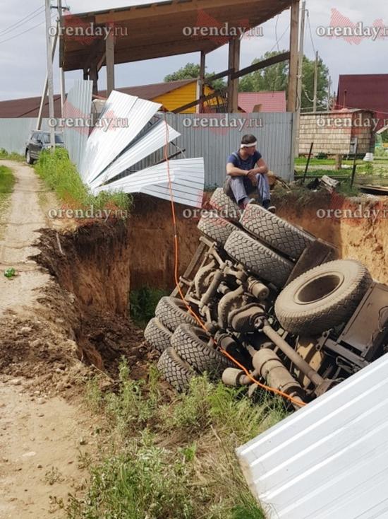 На оренбургской турбазе МАЗ свалился в котлован