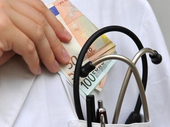 В Оренбурге оперативники задержали главного врача при получении взятки