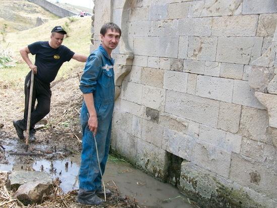 В Феодосии возле храма из-под земли пошла вода