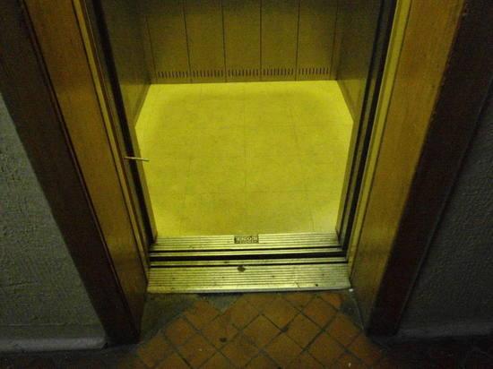 В Твери врачи скорой помощи, спешившие к тяжелобольному, застряли в лифте