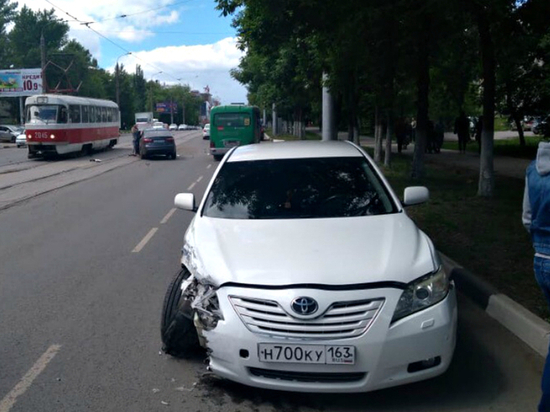 В Самаре легковушки столкнулись на трамвайных путях