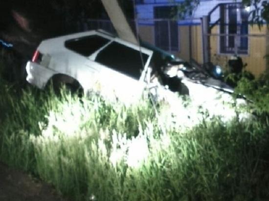В Бугульме такси врезалось в столб, шофер попал в реанимацию