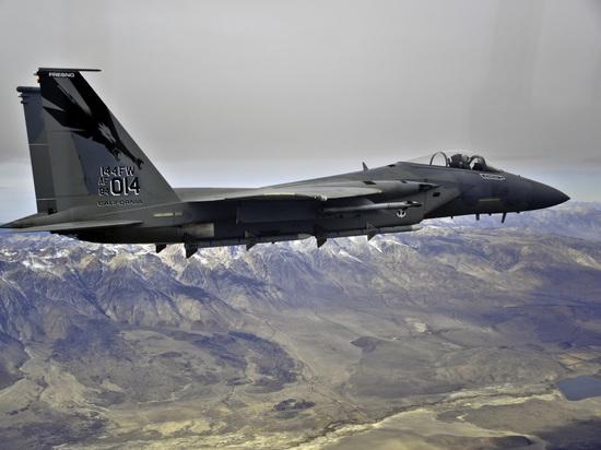Боевой самолет F-15 ВВС США разбился около японского острова Окинава
