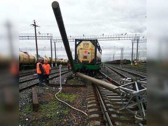 На станции в Кинеле цистерна сошла с рельсов и сбила столб