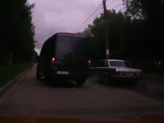 Поспешивший водитель «Волги» протаранил столб в Барнауле (видео)