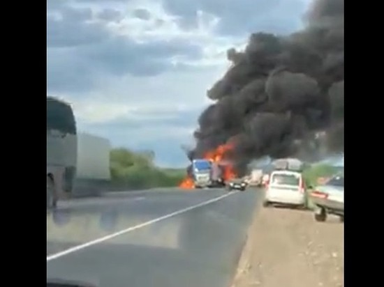Под Сызранью в массовом ДТП загорелась фура, два человека погибли