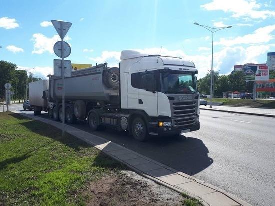 В Самаре напротив ТЦ «Московский» столкнулись грузовик и фургон