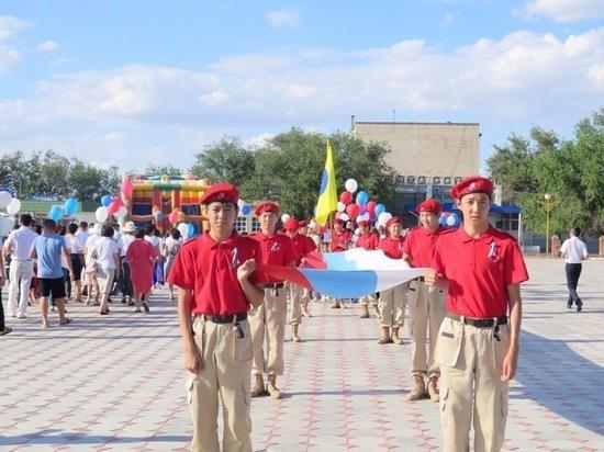 Яшкуляне пронесли 15-метровый флаг России
