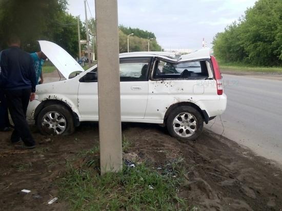 В Барнауле автоледи на иномарке протаранила столб, пробив колесо