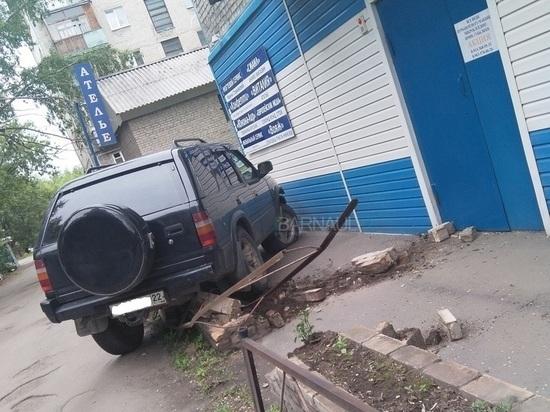 «Мастер парковки» в Барнауле снес ограждение и разрушил клумбу