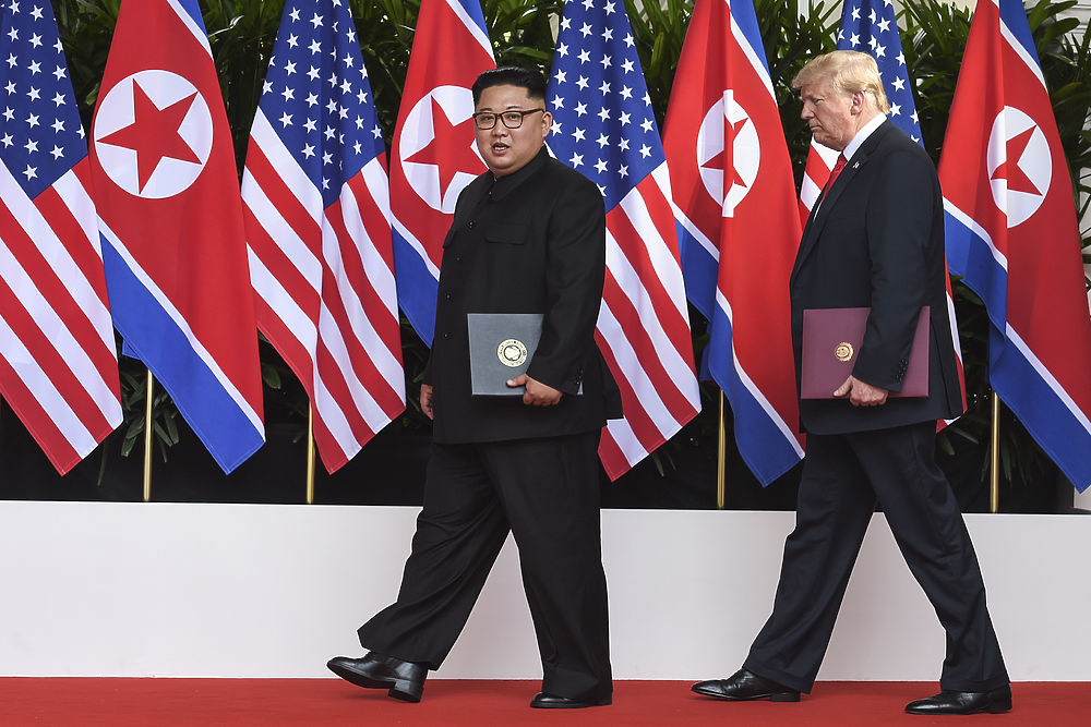 Встреча Трампа и Ким Чен Ына в фотографиях: неловкое рукопожатие