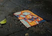 Иркутский художник закрывает дыры в асфальте эксклюзивной керамикой