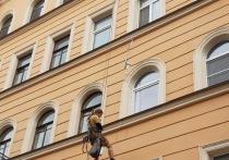В Петербурге треснувшее пополам историческое здание «починили» монтажной пеной