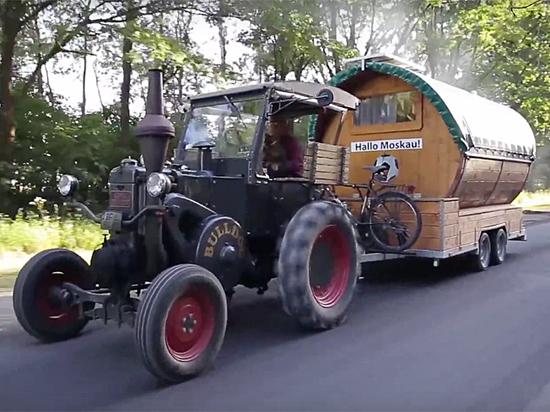Могут не пустить: гаишники решают, что делать с немецким болельщиком-трактористом