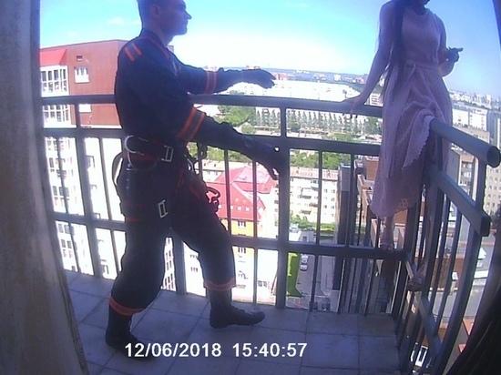 Спасатели сняли девушку с перил балкона 17-го этажа