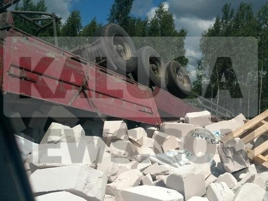 Груженый грузовик перевернулся на калужской трассе