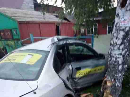Кемеровский рецидивист отобрал машину у таксиста и врезался в дерево