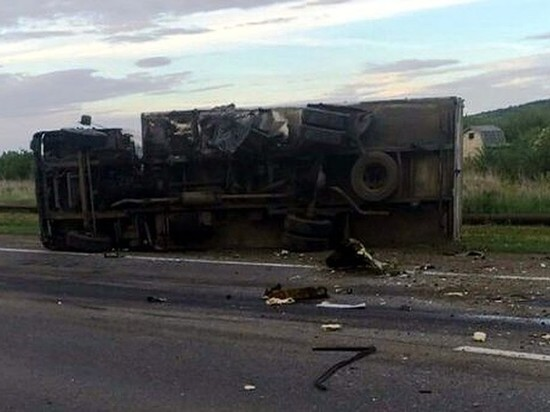 В Татарстане грузовик снес с дороги две легковушки, один человек погиб