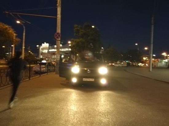 В Астрахани машину припарковали у входа к