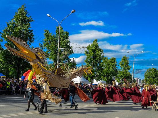В День города пермяков порадовали карнавал, салют и даже Ёлка