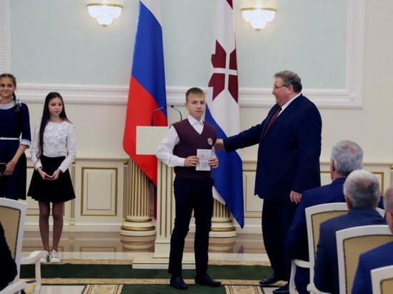 В День России глава Мордовии вручил паспорта юным жителям республики