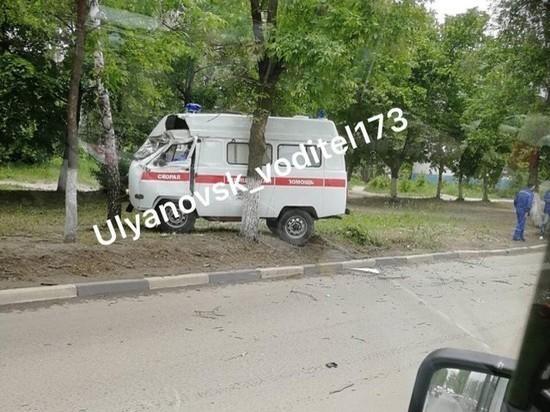 В Ульяновске машина скорой помощи врезалась в дерево