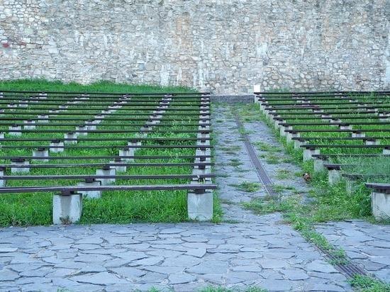 В Липецке демонтировали опасные трубы на школьном стадионе