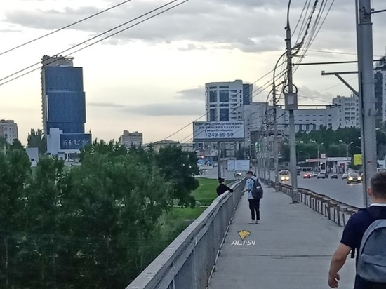 С моста на Октябрьской магистрали упала женщина