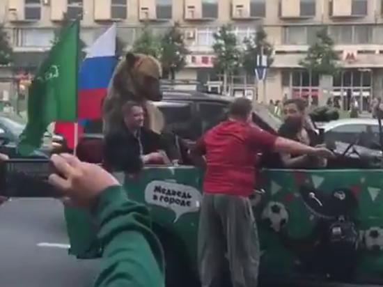По улицам Москвы прокатился медведь-фанат: откуда он взялся