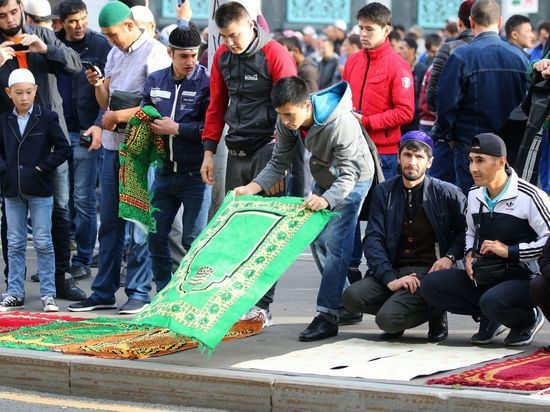 Ураза-байрам: гастарбайтеры в Москве молились на кусках обоев