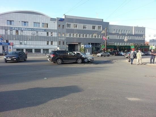 В Самаре рядом с РЭО ГИБДД столкнулись две иномарки