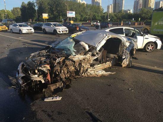 В Москве при ДТП в клочья разнесло BMW вместе с водителем