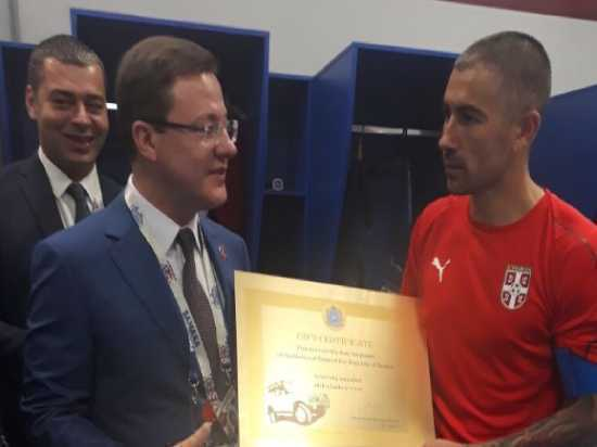 Дмитрий Азаров подарил автору сегодняшнего гола на «Самара Арене» Александру Коларову автомобиль «Нива»