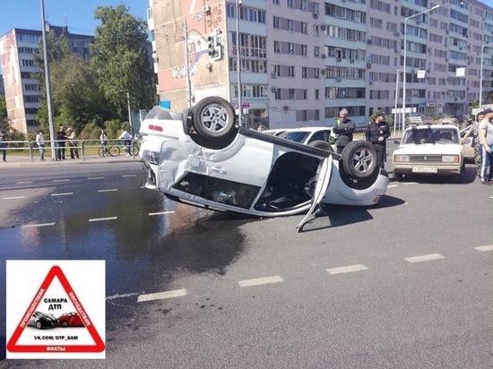 В Самаре после столкновения с такси иномарка опрокинулась на крышу