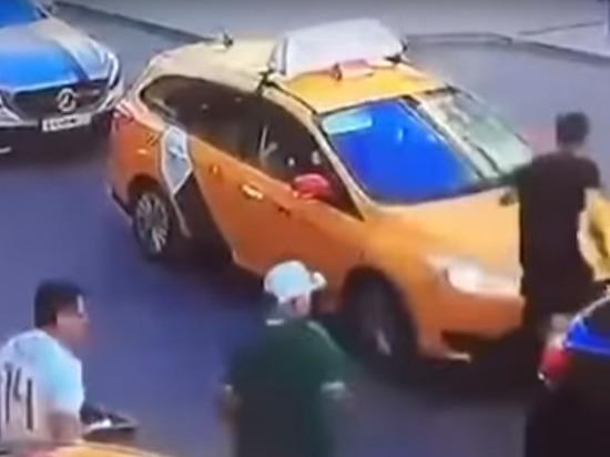 На видео наезда на пешеходов в Москве таксист трусливо бежал