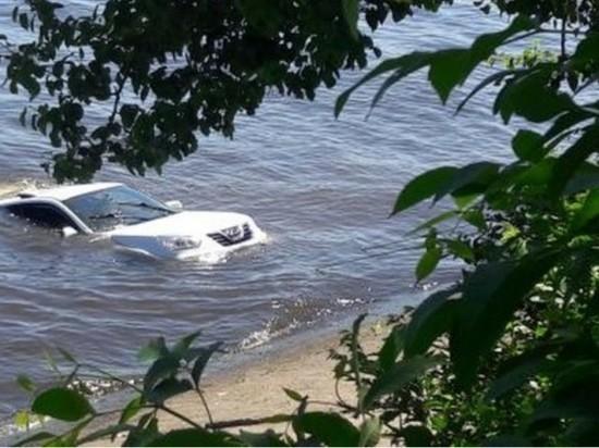 В Ульяновске иномарка скатилась в Волгу с набережной