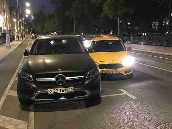 Испугавшегося болельщика из Перу пришлось выманивать из такси после ДТП