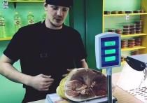 Воронежский мясник показал, как обвешивают покупателей с помощью пакета и скотча