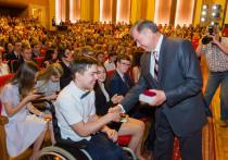 Более 500 калужских отличников получили из рук губернатора медали