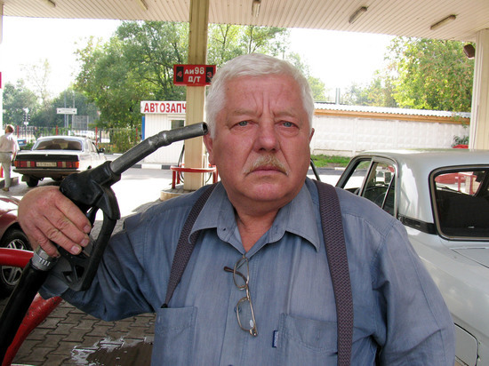 Цена литра бензина пробила психологическую отметку