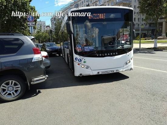 В Самаре автобус-шаттл задел припаркованную иномарку