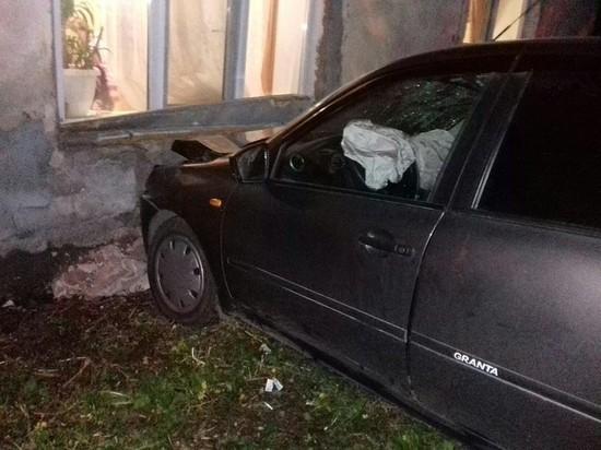 В Самаре машина врезалась в дом