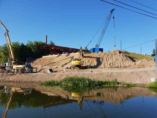 В Серпухове полным ходом возводится современный мост через Нару
