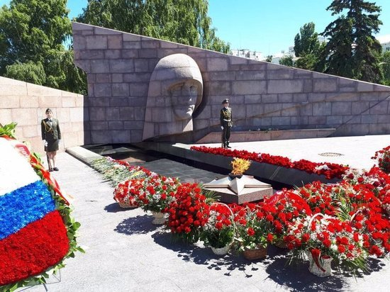 В Самаре возложили цветы к Вечному огню по случаю Дня скорби и памяти