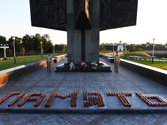 """В День памяти и скорби у Обелиска в Твери зажглась """"память"""""""