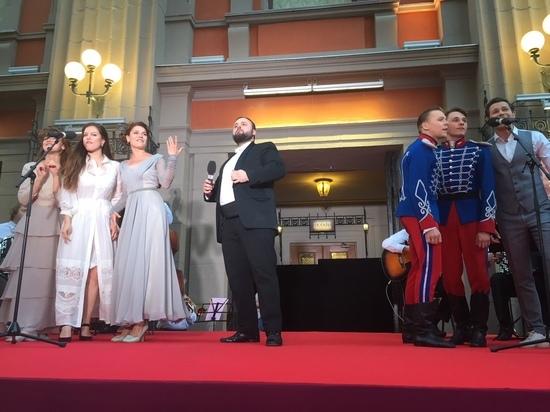 Театр Вахтангова закрыл сезон на ступеньках