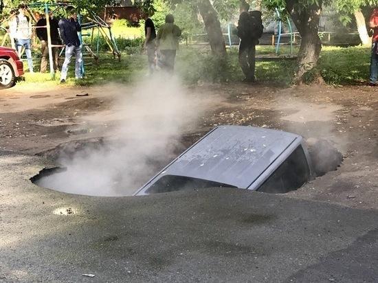 В Омске машина провалилась в яму на асфальте
